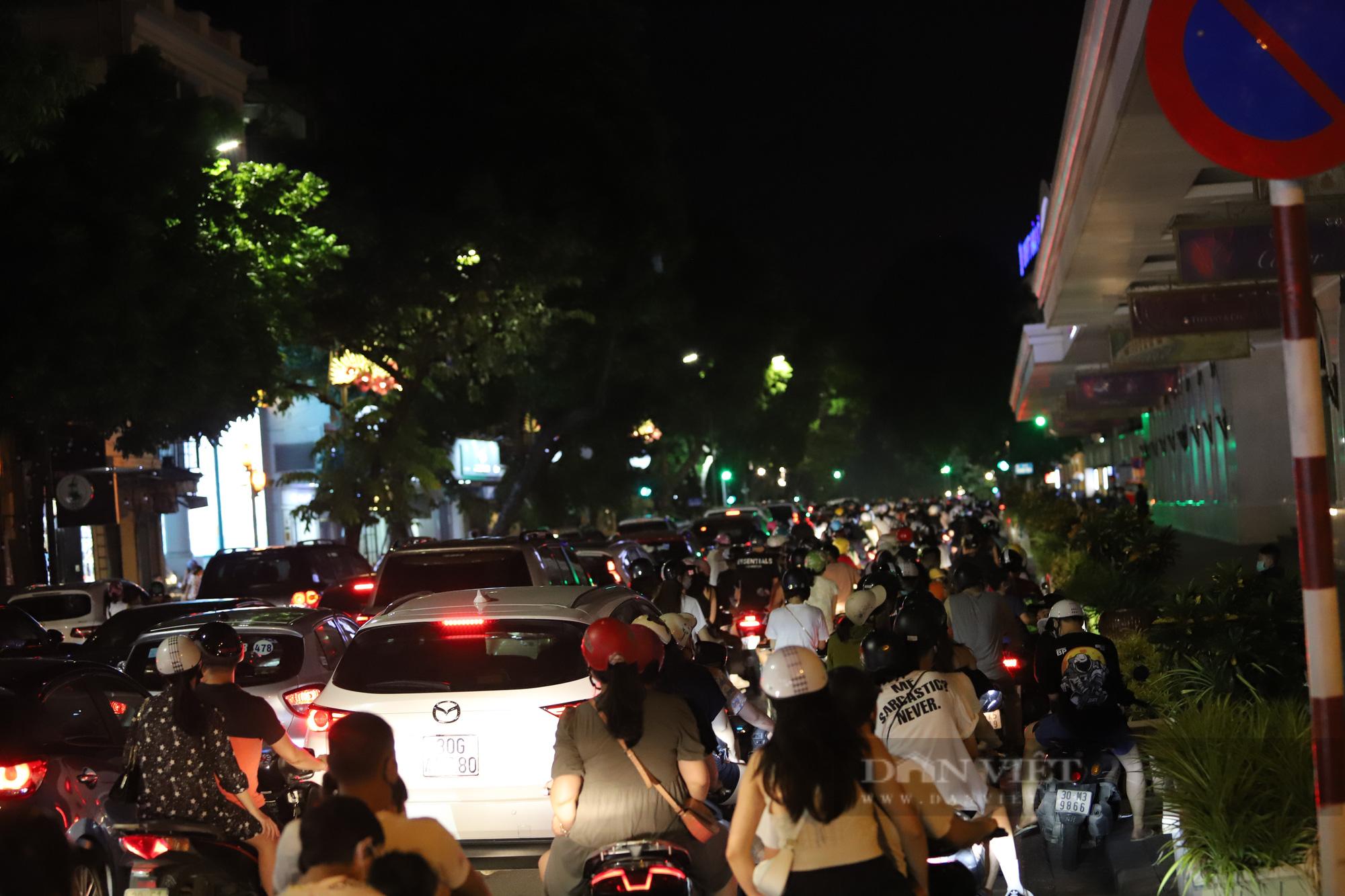 Hàng vạn người dân đổ ra đường chơi Trung sau khi nới lỏng giãn cách - Ảnh 2.
