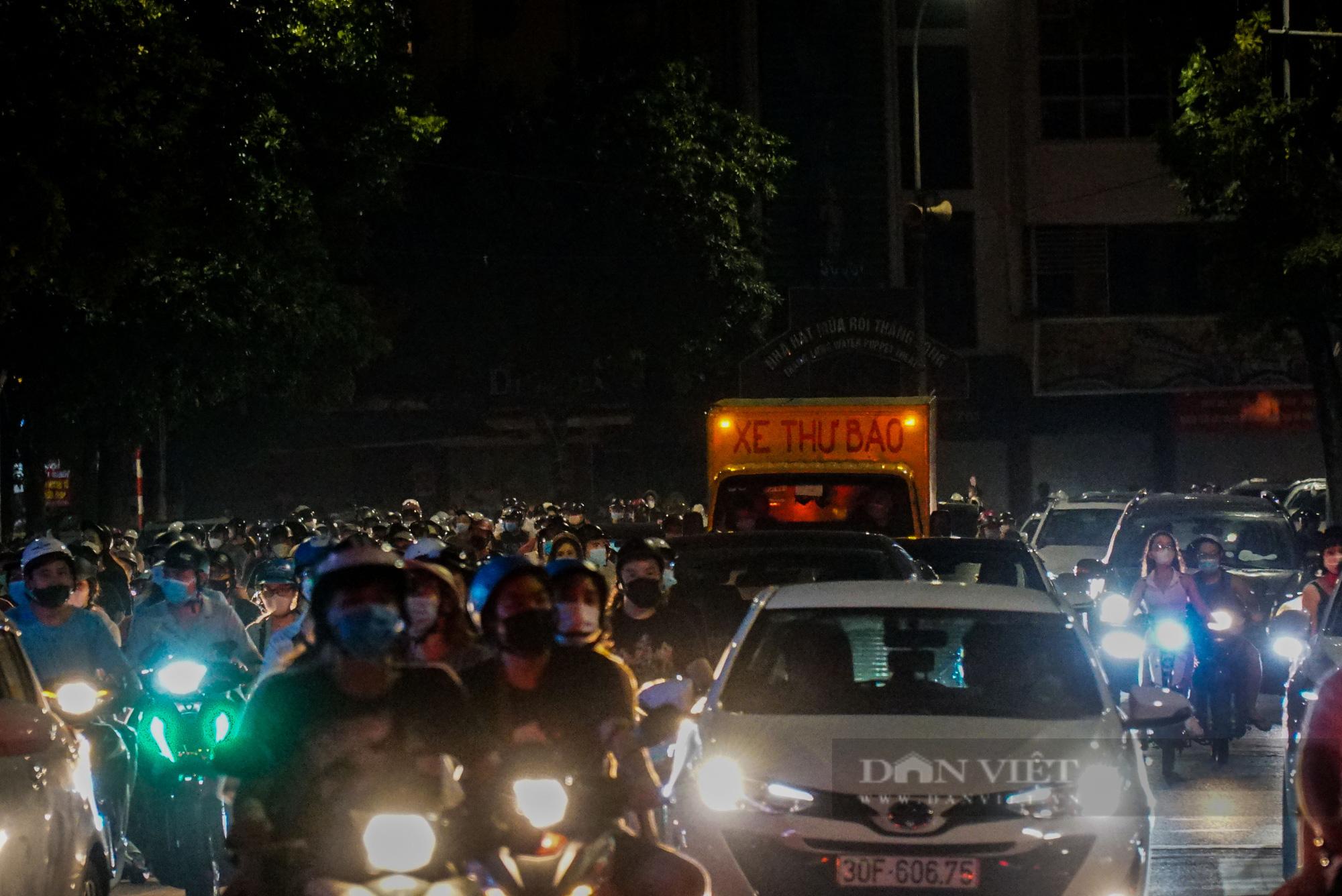 Hàng vạn người dân đổ ra đường chơi Trung sau khi nới lỏng giãn cách - Ảnh 3.