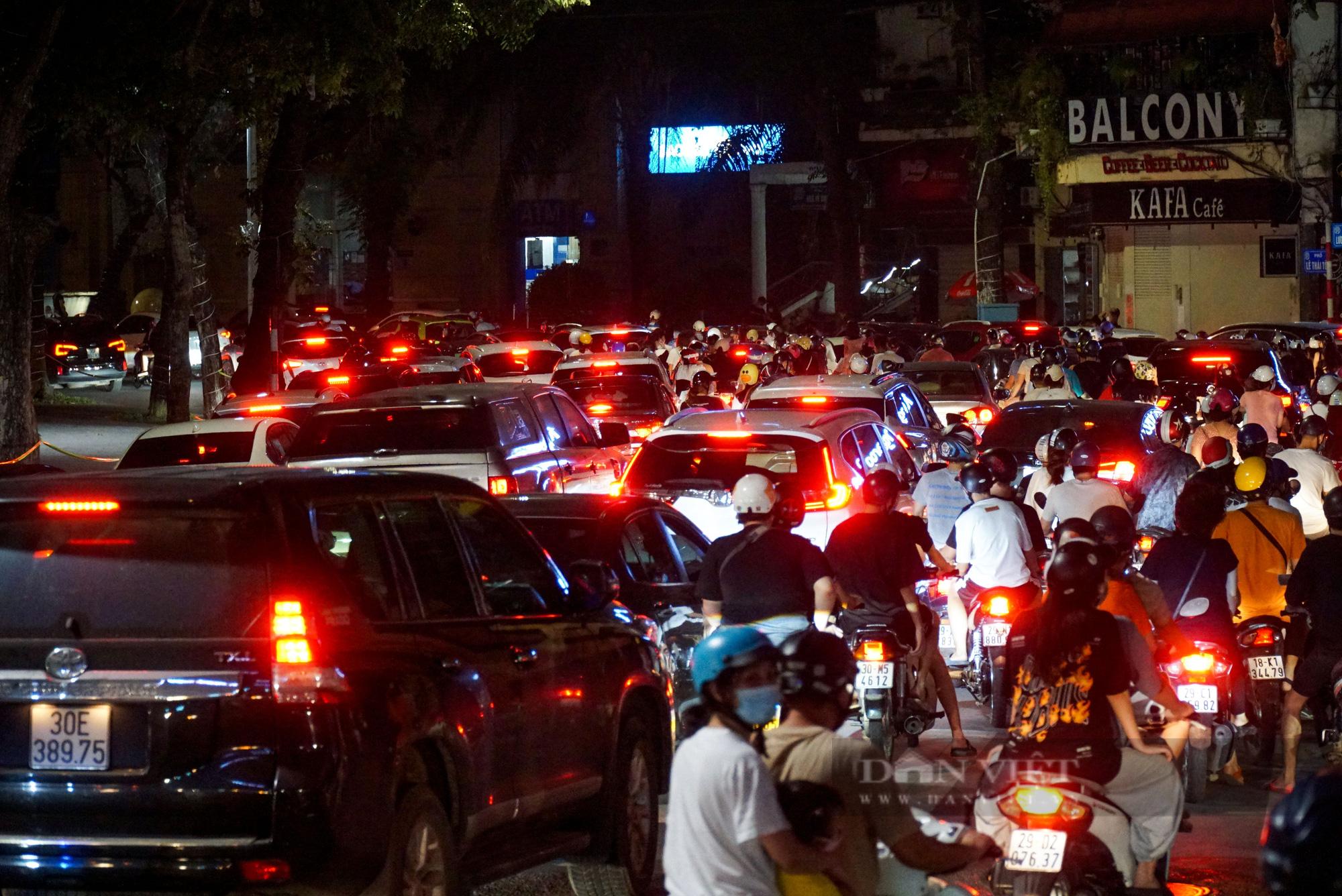 Hàng vạn người dân đổ ra đường chơi Trung sau khi nới lỏng giãn cách - Ảnh 4.