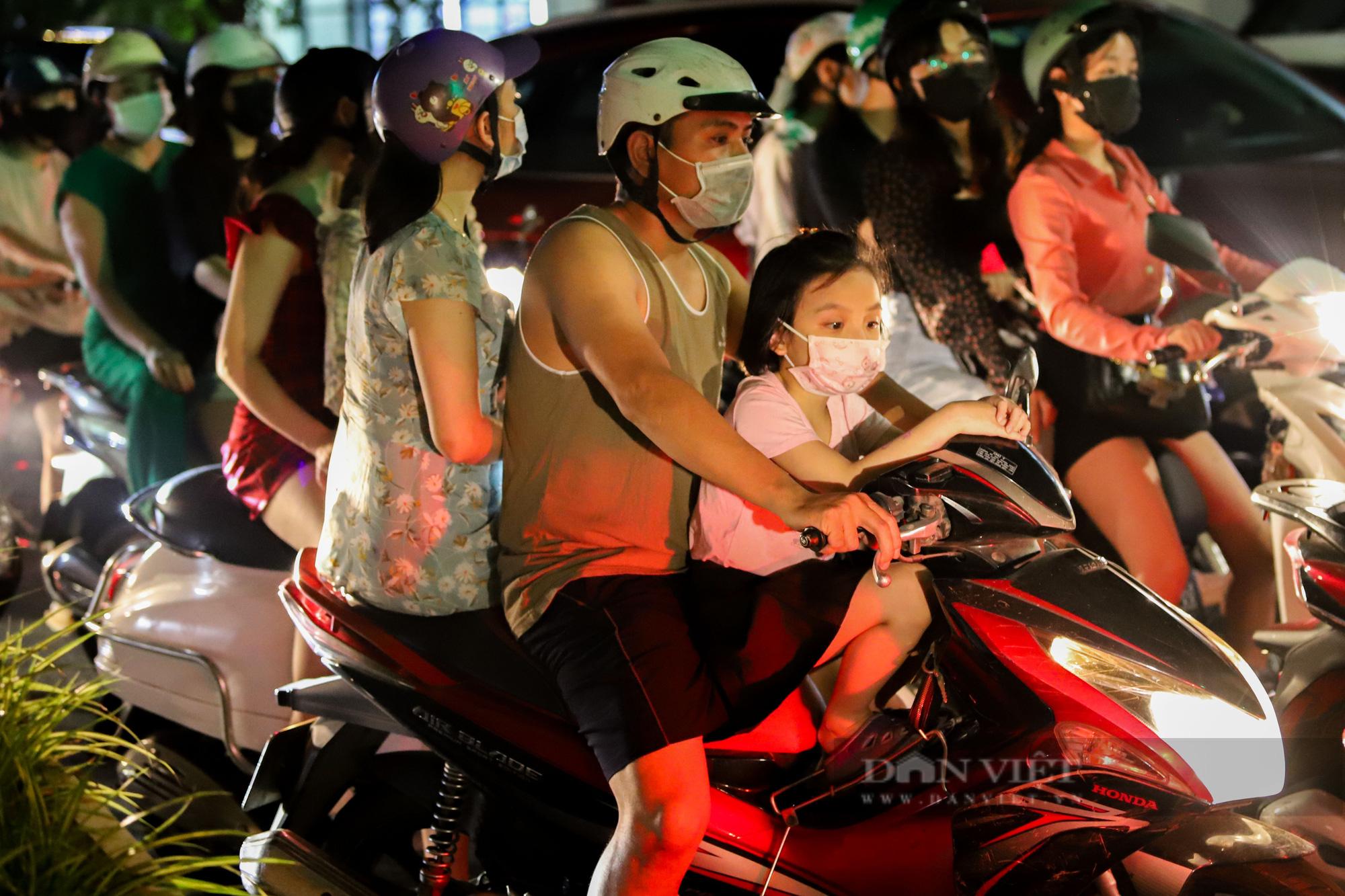 Hàng vạn người dân đổ ra đường chơi Trung sau khi nới lỏng giãn cách - Ảnh 6.