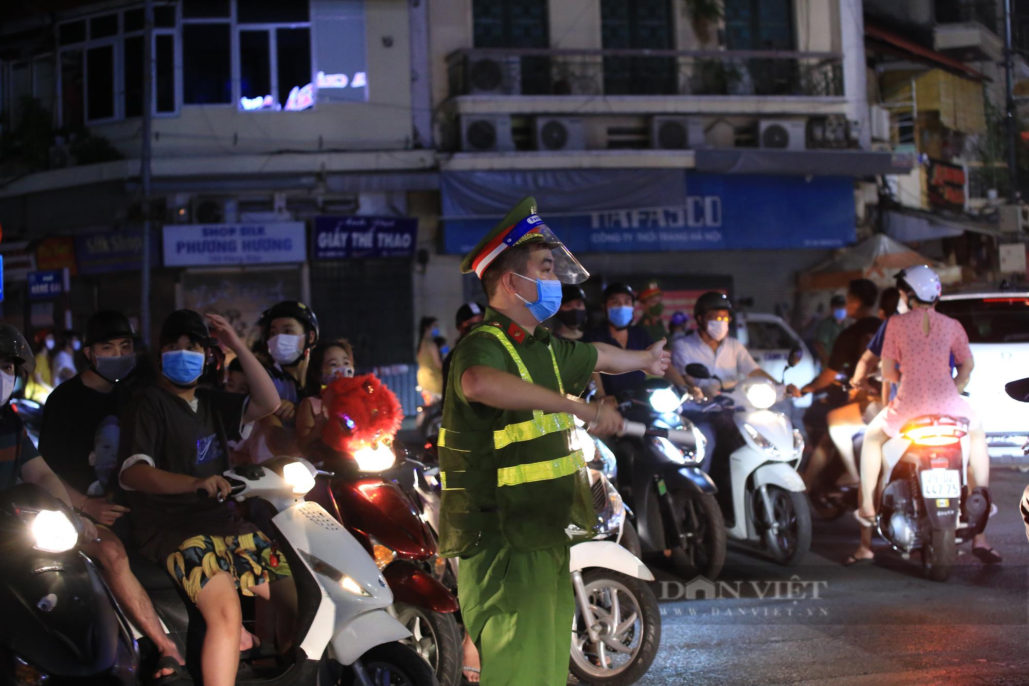Hàng vạn người dân đổ ra đường chơi Trung sau khi nới lỏng giãn cách - Ảnh 10.