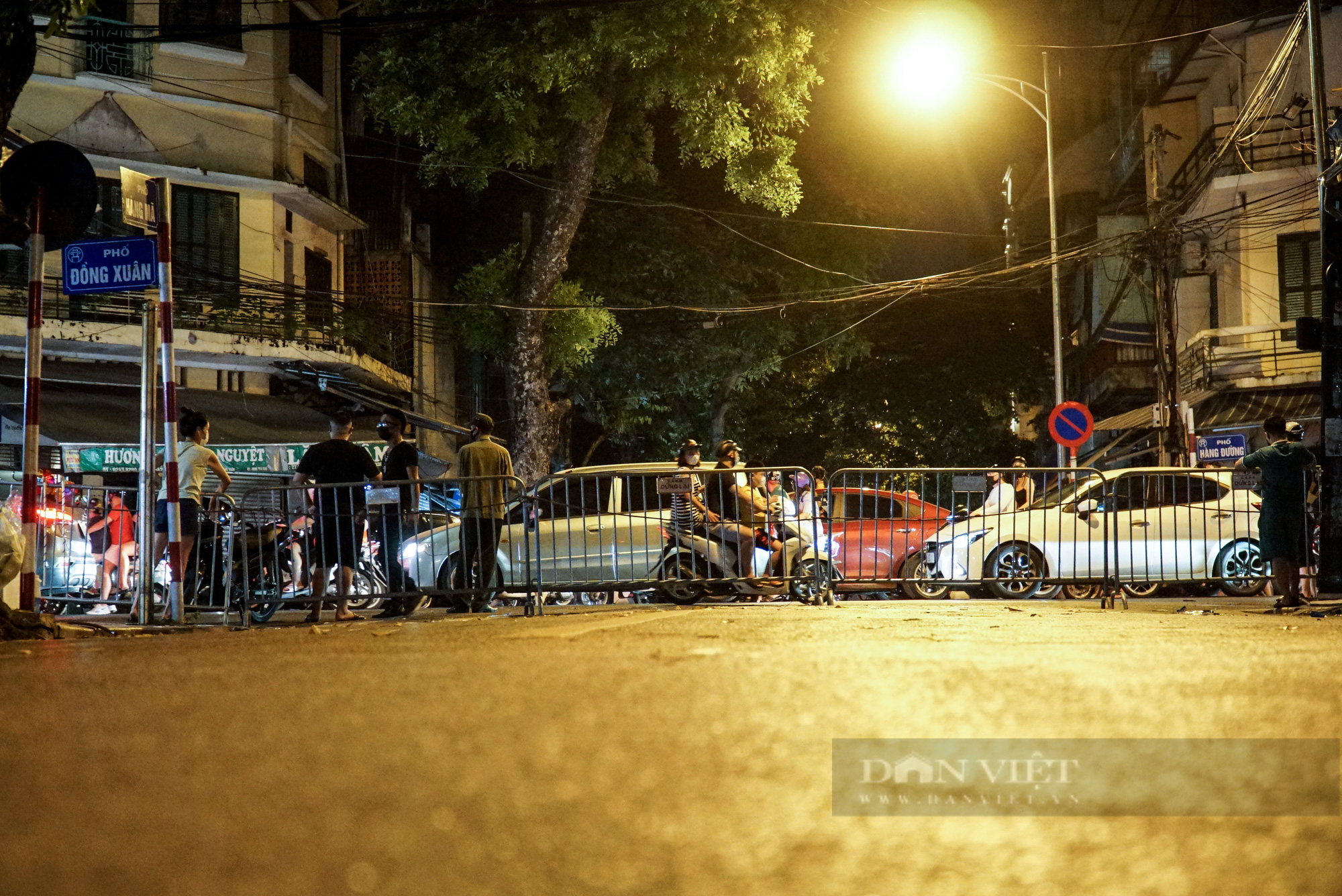 Hàng vạn người dân đổ ra đường chơi Trung sau khi nới lỏng giãn cách - Ảnh 11.