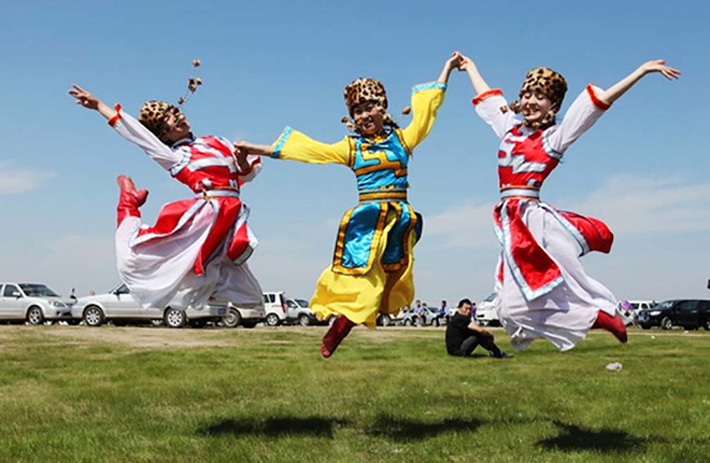 Lạ lùng bộ tộc Daur bói gan gà để chọn ngày cưới - Ảnh 4.