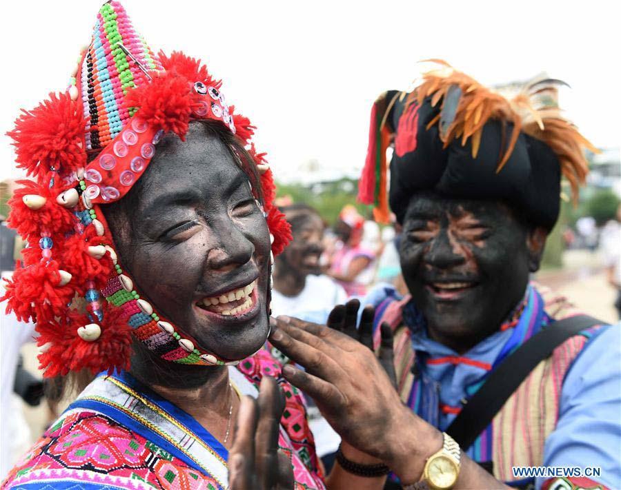 Lạ lùng bộ tộc Daur bói gan gà để chọn ngày cưới - Ảnh 6.