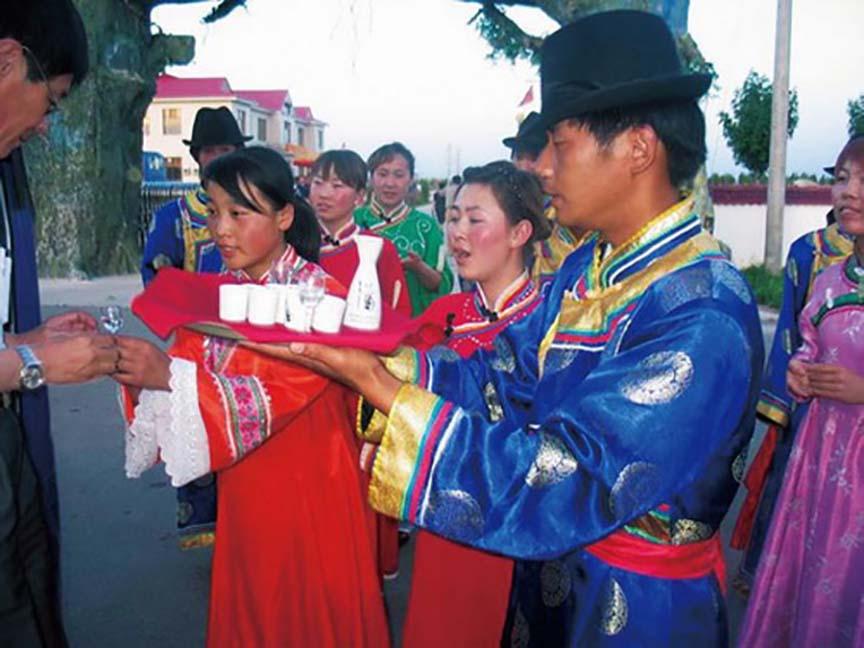 Lạ lùng bộ tộc Daur bói gan gà để chọn ngày cưới - Ảnh 9.