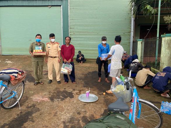 12 công dân đạp xe từ Nam Định đến Đắk Nông, được hỗ trợ xe đưa về đến Bình Dương buộc quay đầu - Ảnh 3.