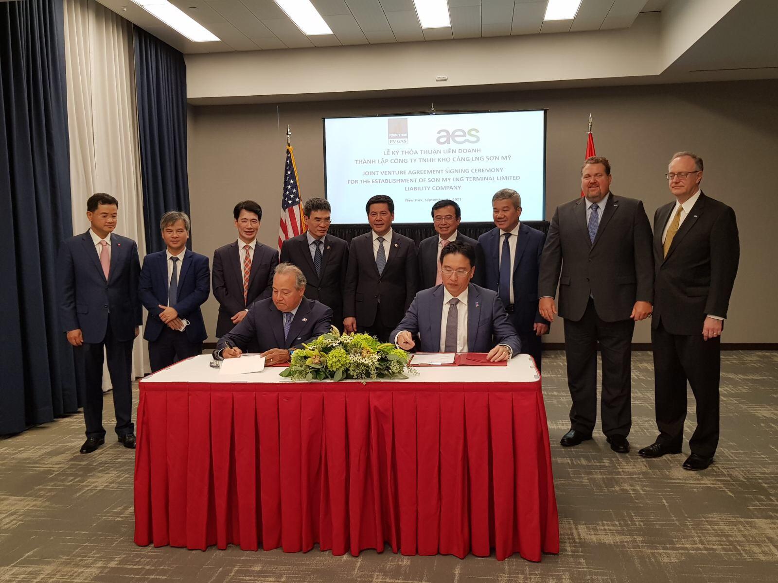 Bộ trưởng Công Thương Nguyễn Hồng Diên chứng kiến lễ ký thỏa thuận liên doanh dự án kho cảng LNG Sơn Mỹ - Ảnh 1.
