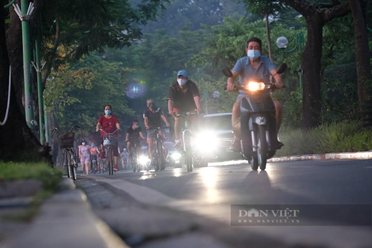 """Hà Nội: Đường phố thành """"trường đua xe đạp"""" sau lệnh nới lỏng giãn cách - Ảnh 1."""