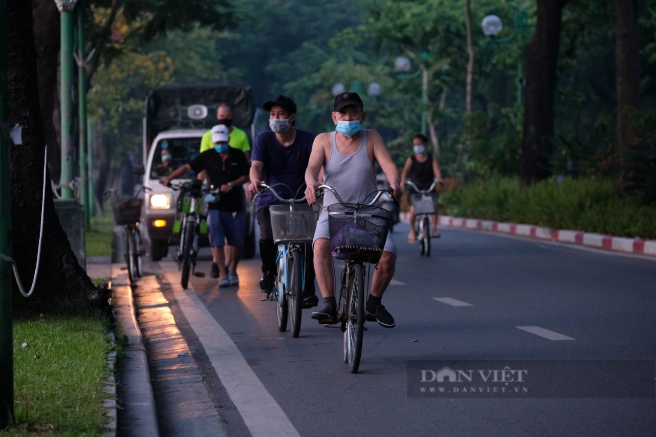 """Hà Nội: Đường phố thành """"trường đua xe đạp"""" sau lệnh nới lỏng giãn cách - Ảnh 2."""