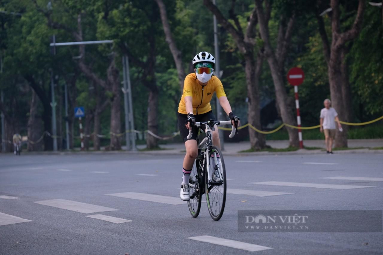 """Hà Nội: Đường phố thành """"trường đua xe đạp"""" sau lệnh nới lỏng giãn cách - Ảnh 3."""