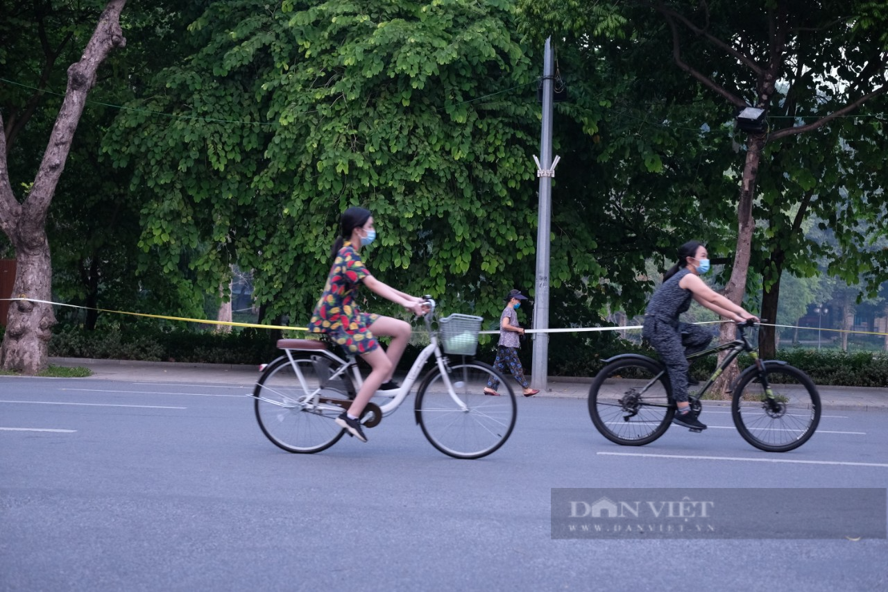 """Hà Nội: Đường phố thành """"trường đua xe đạp"""" sau lệnh nới lỏng giãn cách - Ảnh 4."""