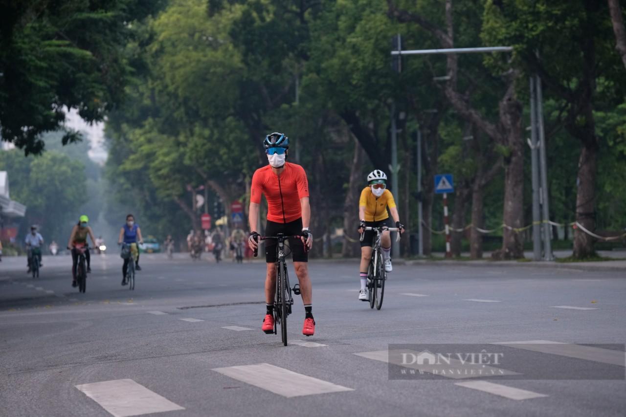 """Hà Nội: Đường phố thành """"trường đua xe đạp"""" sau lệnh nới lỏng giãn cách - Ảnh 5."""