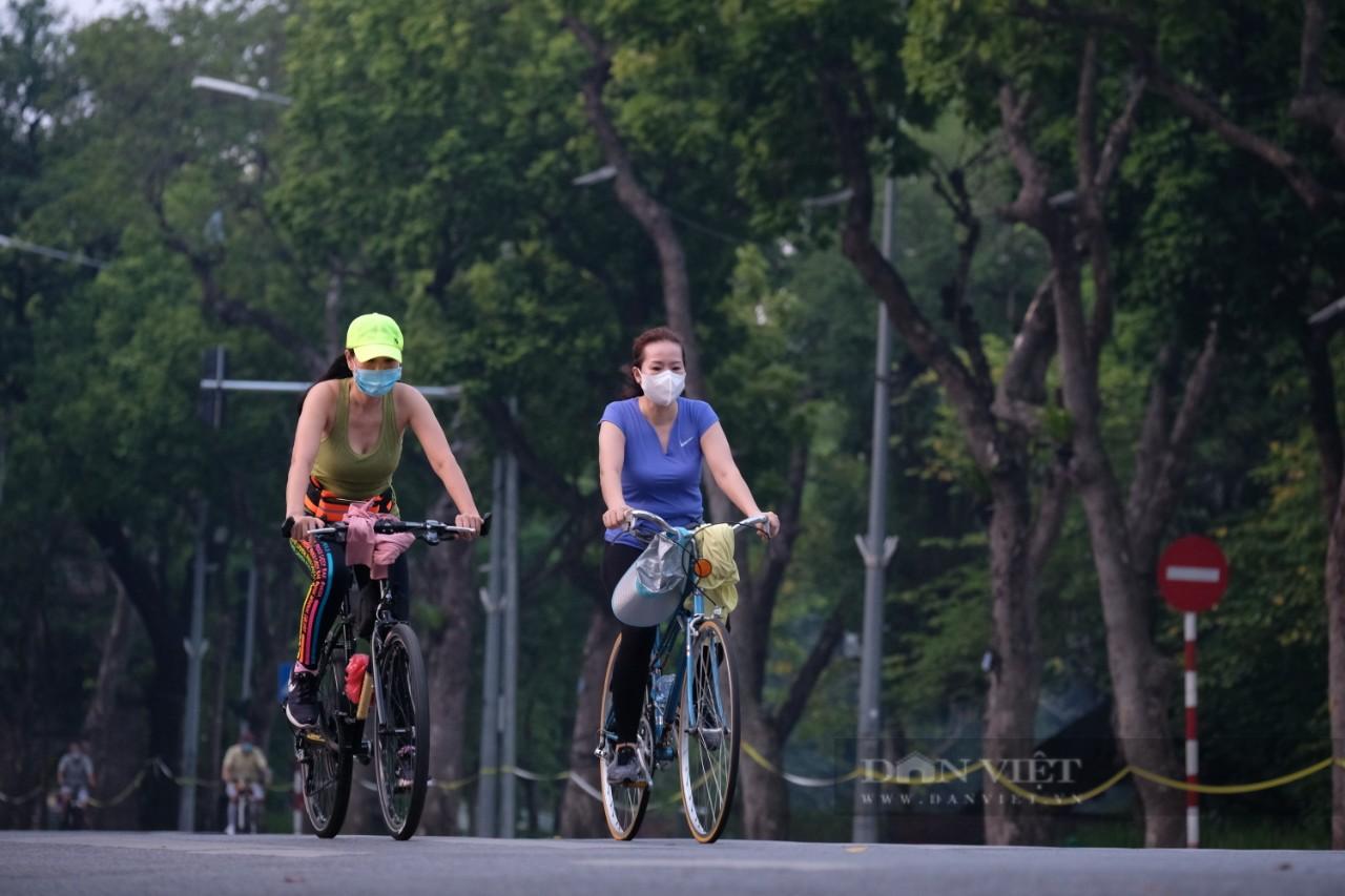 """Hà Nội: Đường phố thành """"trường đua xe đạp"""" sau lệnh nới lỏng giãn cách - Ảnh 7."""