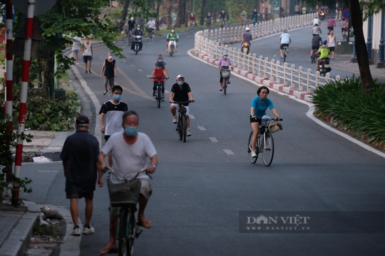 """Hà Nội: Đường phố thành """"trường đua xe đạp"""" sau lệnh nới lỏng giãn cách - Ảnh 8."""