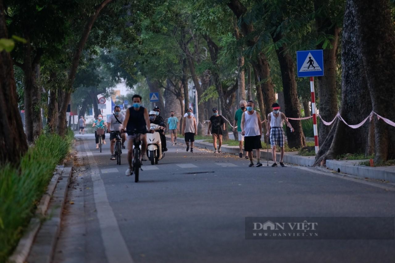 """Hà Nội: Đường phố thành """"trường đua xe đạp"""" sau lệnh nới lỏng giãn cách - Ảnh 9."""