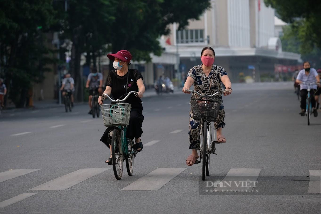 """Hà Nội: Đường phố thành """"trường đua xe đạp"""" sau lệnh nới lỏng giãn cách - Ảnh 11."""