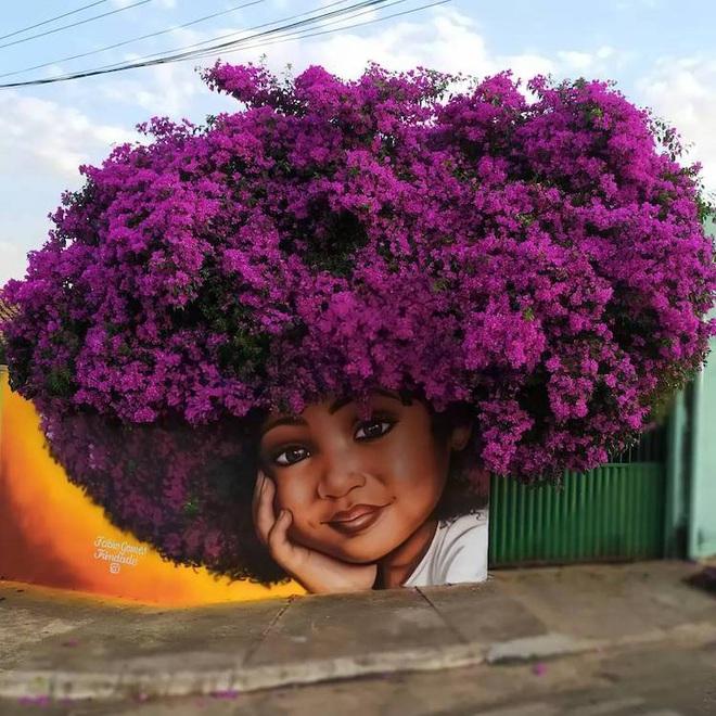 Bức tranh cô bé với mái tóc là giàn hoa giấy khổng lồ gây sốt mạng xã hội - Ảnh 1.