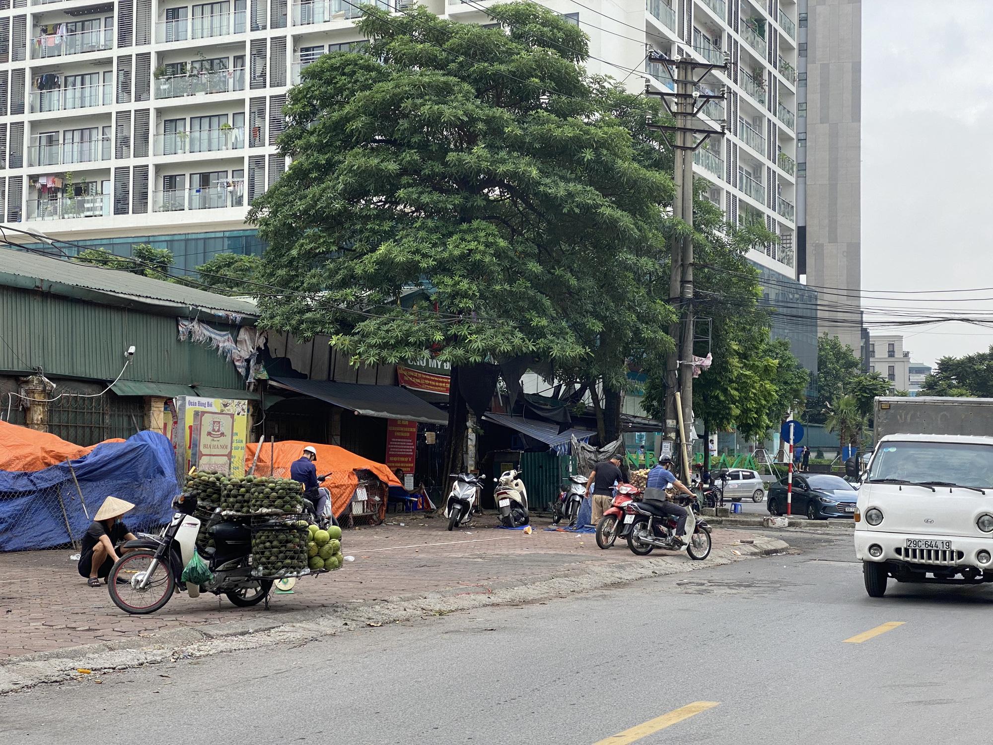 """Chợ dân sinh """"quên"""" phòng dịch, hàng rong tràn lan phố phường Hà Nội - Ảnh 2."""