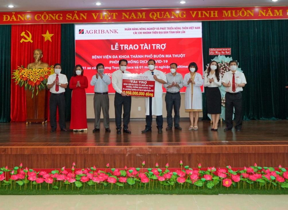 Các chi nhánh Agribank trên địa bàn tỉnh Đắk Lắk trao gói an sinh xã hội trị giá gần 3 tỷ đồng - Ảnh 1.