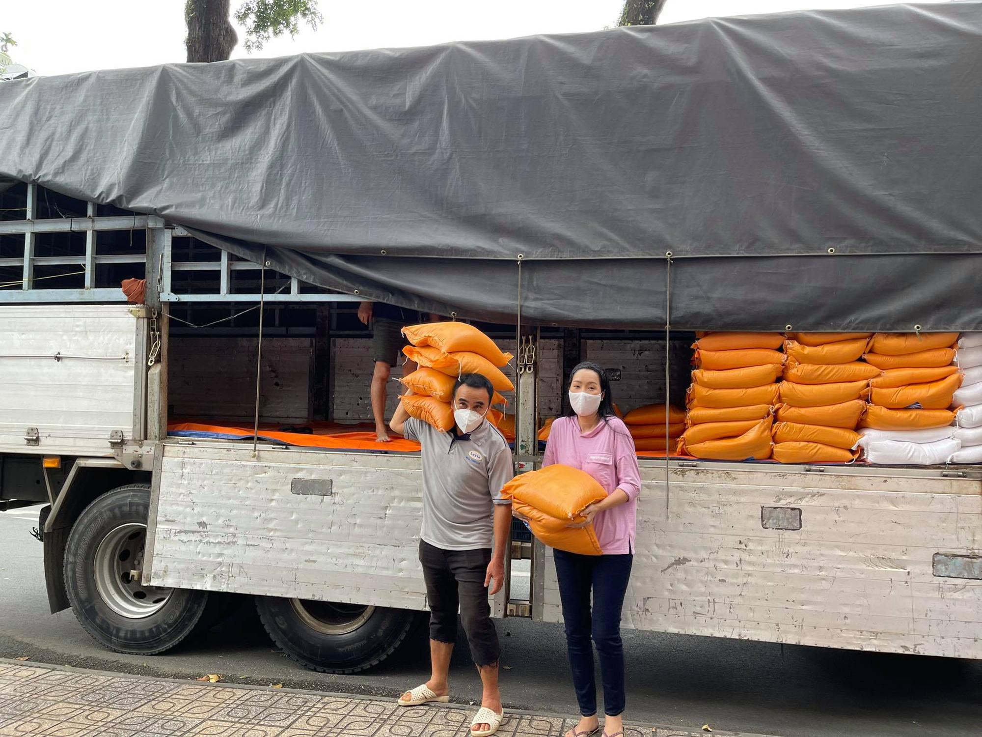 """MC Quyền Linh """"tiếp lửa"""" hỗ trợ 10 tấn gạo cho nhân viên sân khấu, nghệ sĩ nghèo ở TP.HCM - Ảnh 1."""