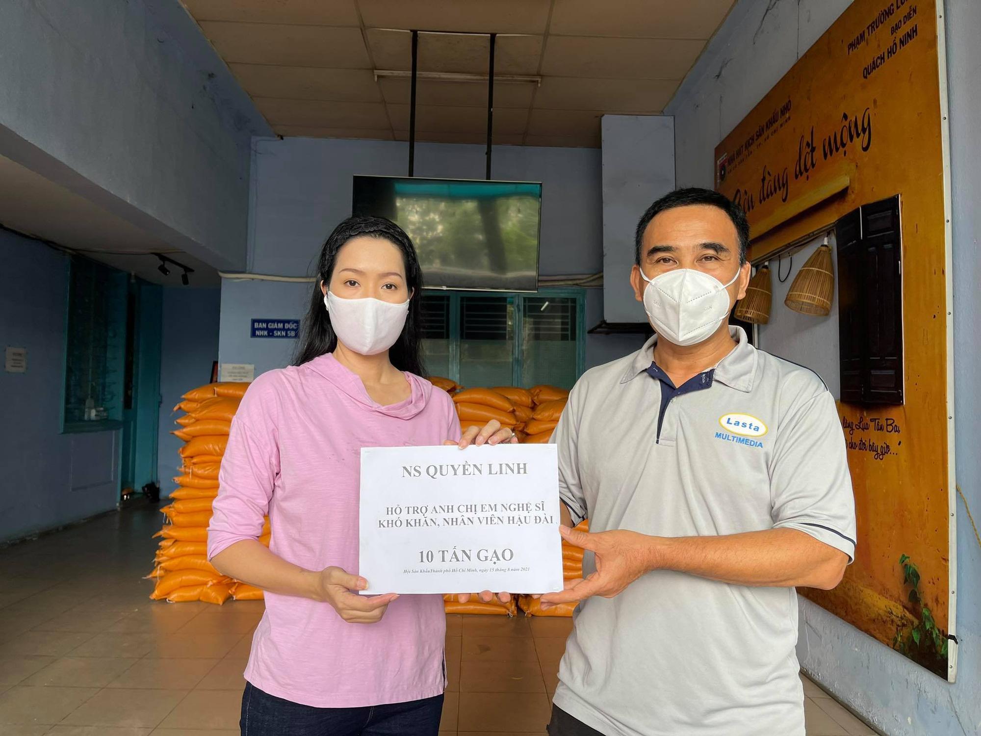 """MC Quyền Linh """"tiếp lửa"""" hỗ trợ 10 tấn gạo cho nhân viên sân khấu, nghệ sĩ nghèo ở TP.HCM - Ảnh 2."""