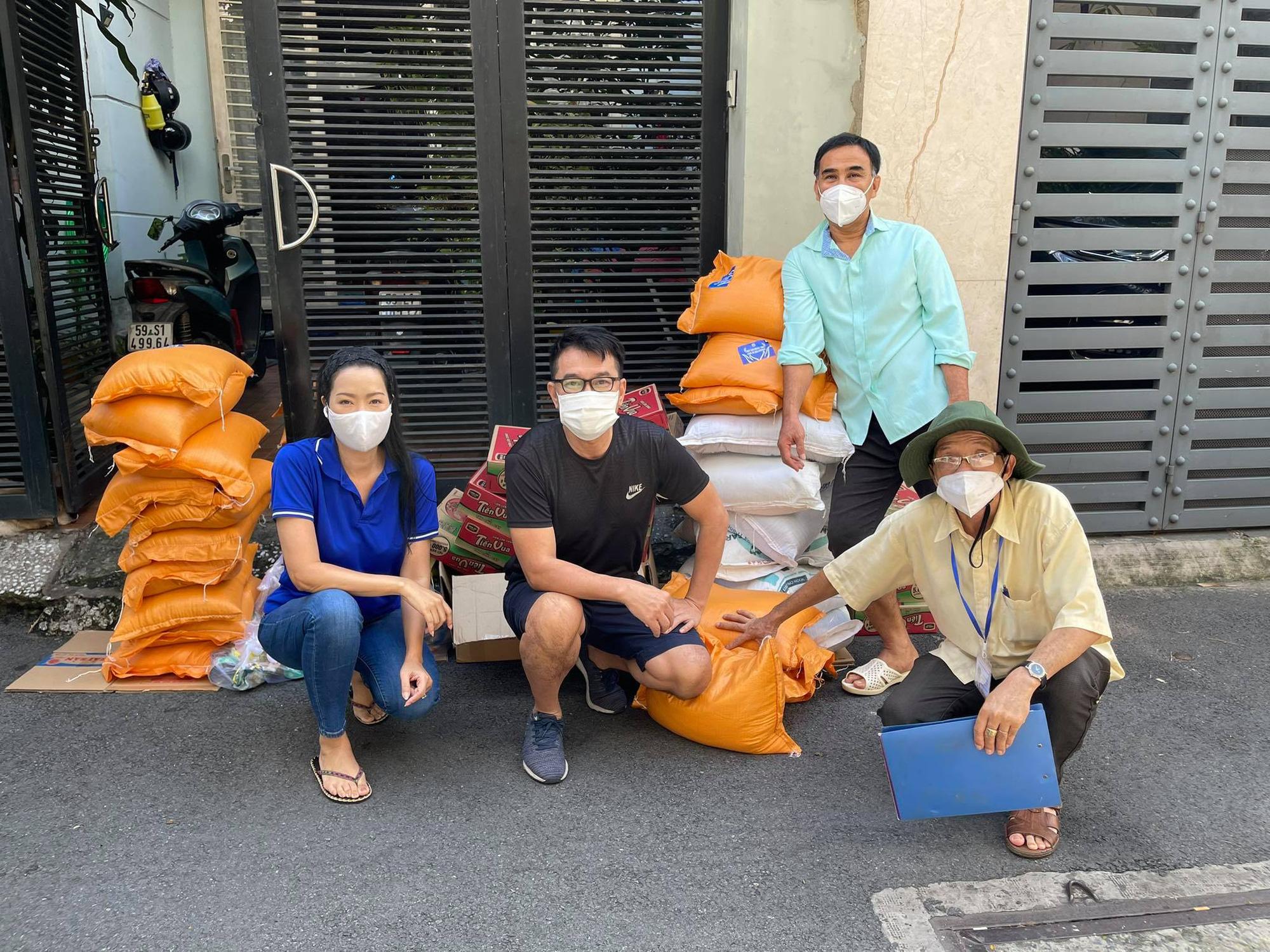"""MC Quyền Linh """"tiếp lửa"""" hỗ trợ 10 tấn gạo cho nhân viên sân khấu, nghệ sĩ nghèo ở TP.HCM - Ảnh 4."""
