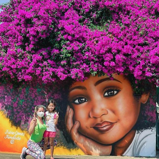 Bức tranh cô bé với mái tóc là giàn hoa giấy khổng lồ gây sốt mạng xã hội - Ảnh 4.