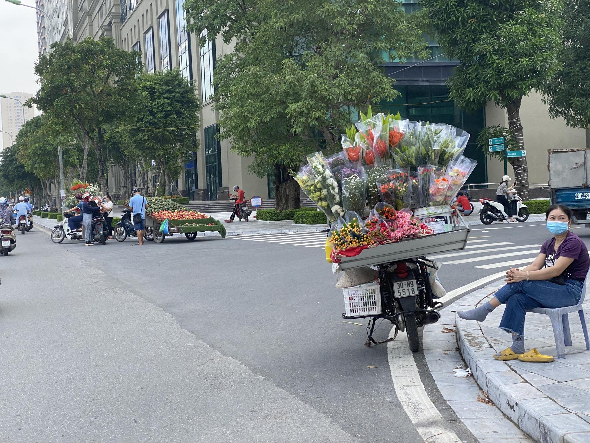 """Chợ dân sinh """"quên"""" phòng dịch, hàng rong tràn lan phố phường Hà Nội - Ảnh 8."""
