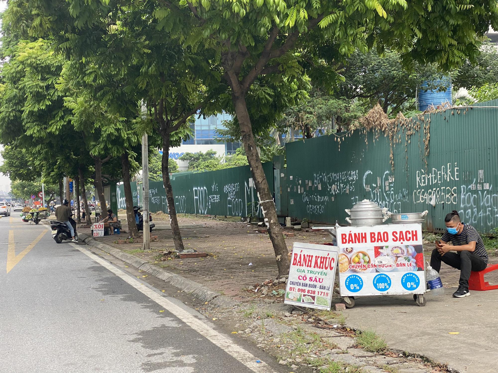 """Chợ dân sinh """"quên"""" phòng dịch, hàng rong tràn lan phố phường Hà Nội - Ảnh 9."""