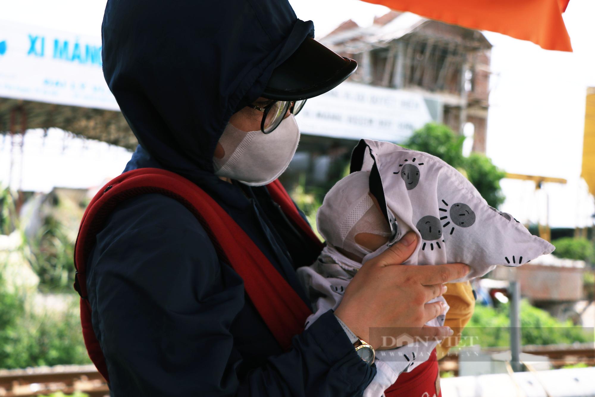 Trẻ nhỏ ngủ gục, đội nắng theo chân cha mẹ vượt hành trình hàng trăm km ra Hà Nội kiếm kế sinh nhai - Ảnh 6.