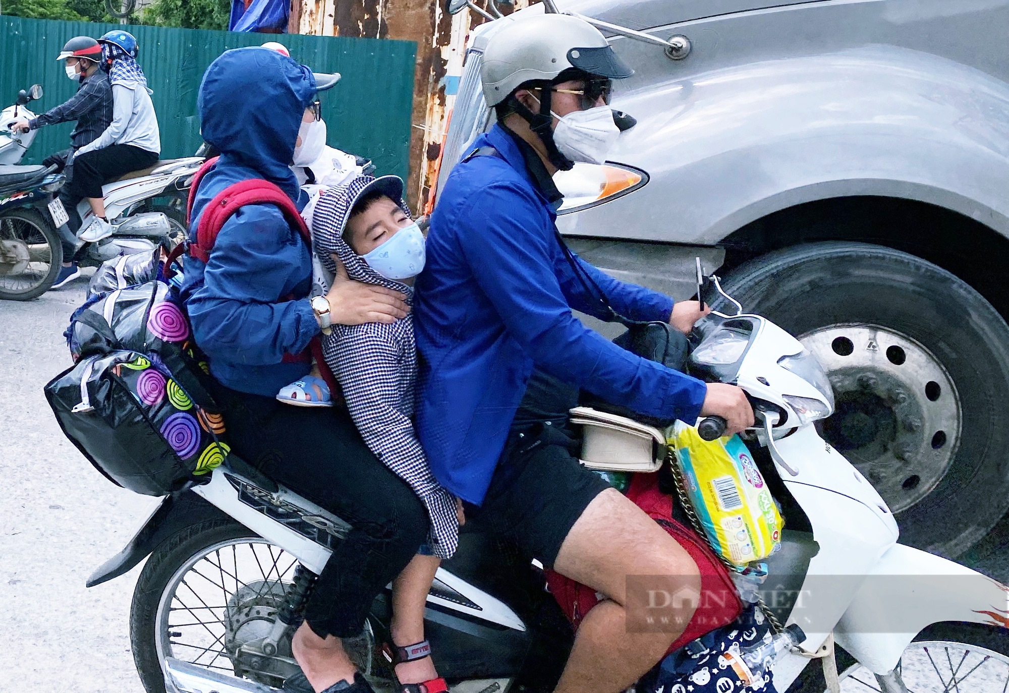 Trẻ nhỏ ngủ gục, đội nắng theo chân cha mẹ vượt hành trình hàng trăm km ra Hà Nội kiếm kế sinh nhai - Ảnh 7.