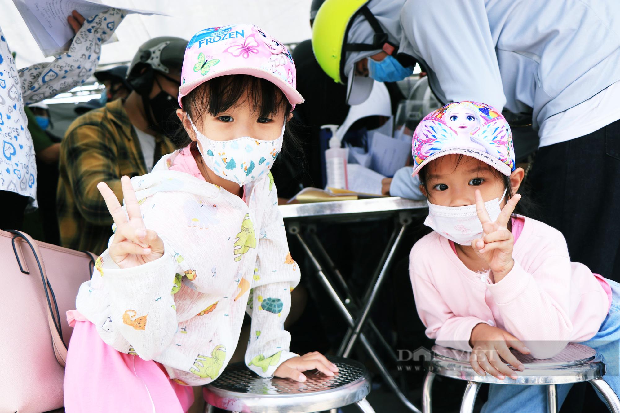 Trẻ nhỏ ngủ gục, đội nắng theo chân cha mẹ vượt hành trình hàng trăm km ra Hà Nội kiếm kế sinh nhai - Ảnh 11.