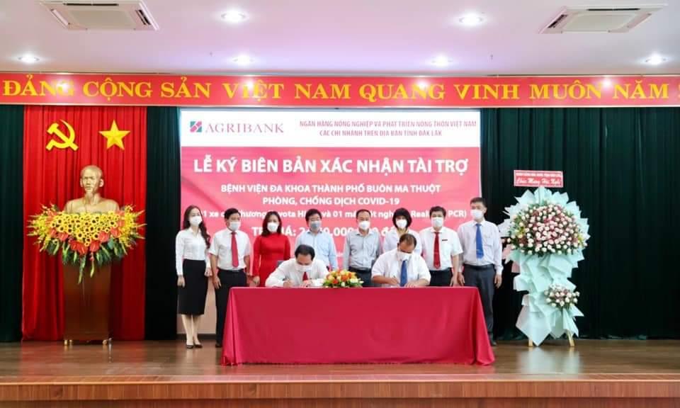 Các chi nhánh Agribank trên địa bàn tỉnh Đắk Lắk trao gói an sinh xã hội trị giá gần 3 tỷ đồng - Ảnh 3.