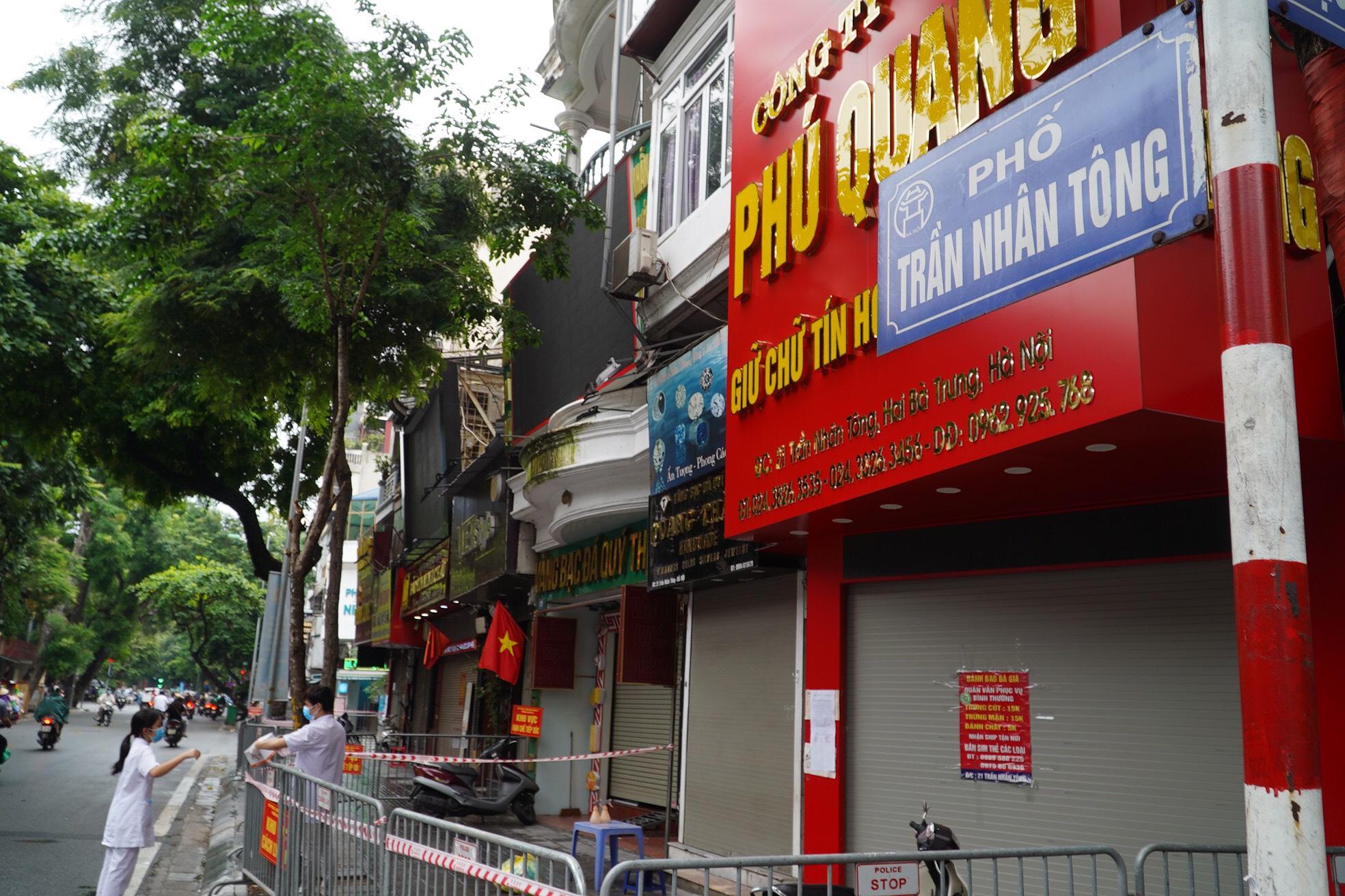 Nagười đàn ông tử vong trong tư thế treo cổ ở tiệm vàng phố Trần Nhân Tông dương  tính SARS-CoV-2