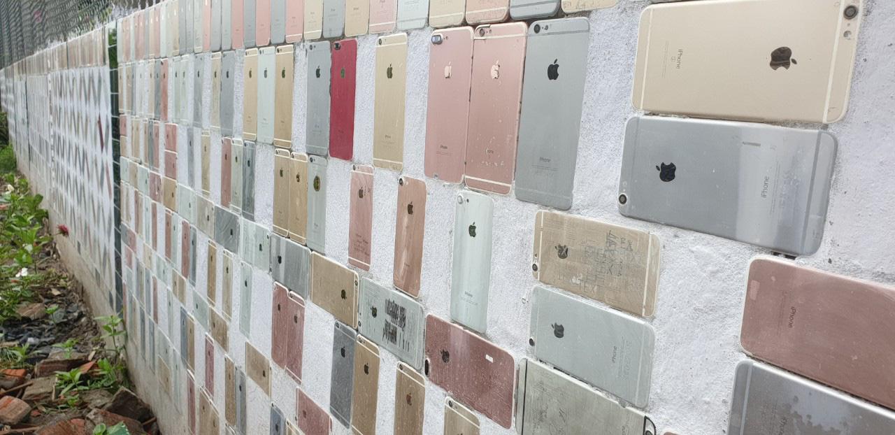 CLIP: Độc đáo ngôi nhà ốp hơn 2.000 vỏ điện thoại Iphone - Ảnh 3.