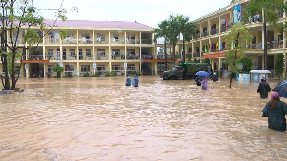 """ẢNH: Mưa lớn liên tục nhiều giờ """"nhấn chìm"""" TP.Cẩm Phả - Quảng Ninh trong biển nước - Ảnh 1."""