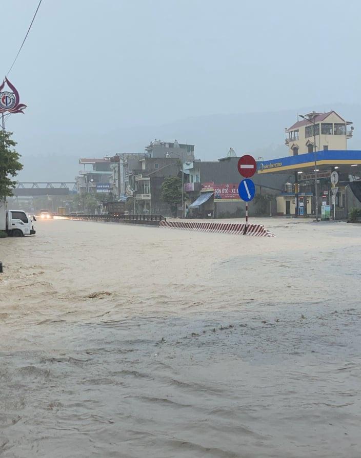 """ẢNH: Mưa lớn liên tục nhiều giờ """"nhấn chìm"""" TP.Cẩm Phả - Quảng Ninh trong biển nước - Ảnh 5."""