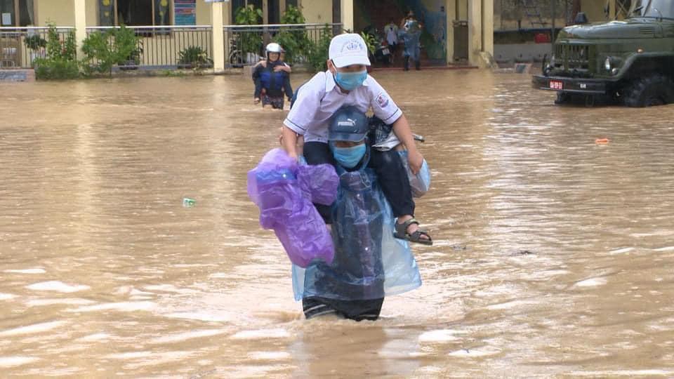 """ẢNH: Mưa lớn liên tục nhiều giờ """"nhấn chìm"""" TP.Cẩm Phả - Quảng Ninh trong biển nước - Ảnh 2."""