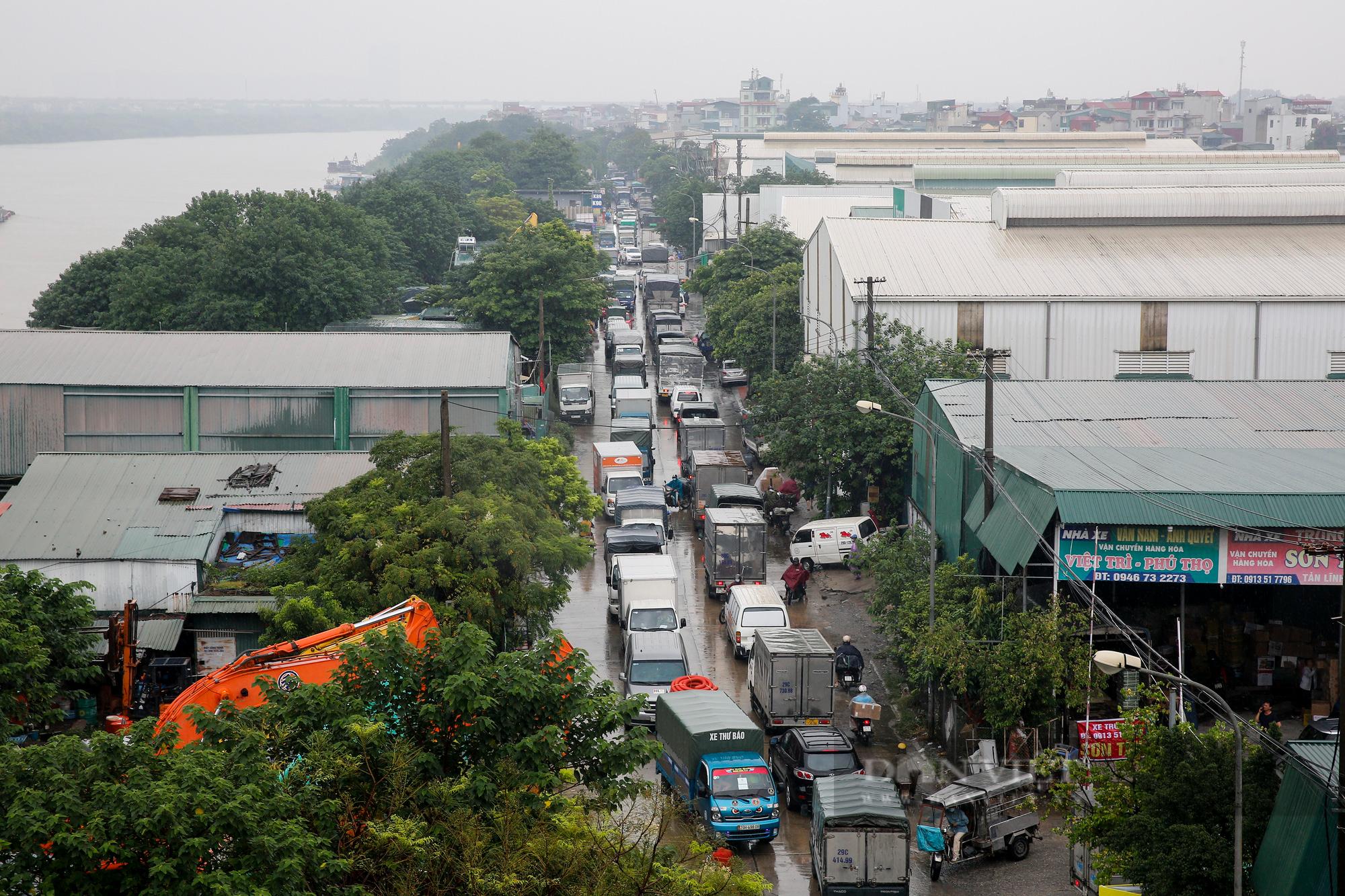 Cảng Hà Nội ùn tắc kéo dài hàng Km sau khi nới lỏng giãn cách  - Ảnh 1.