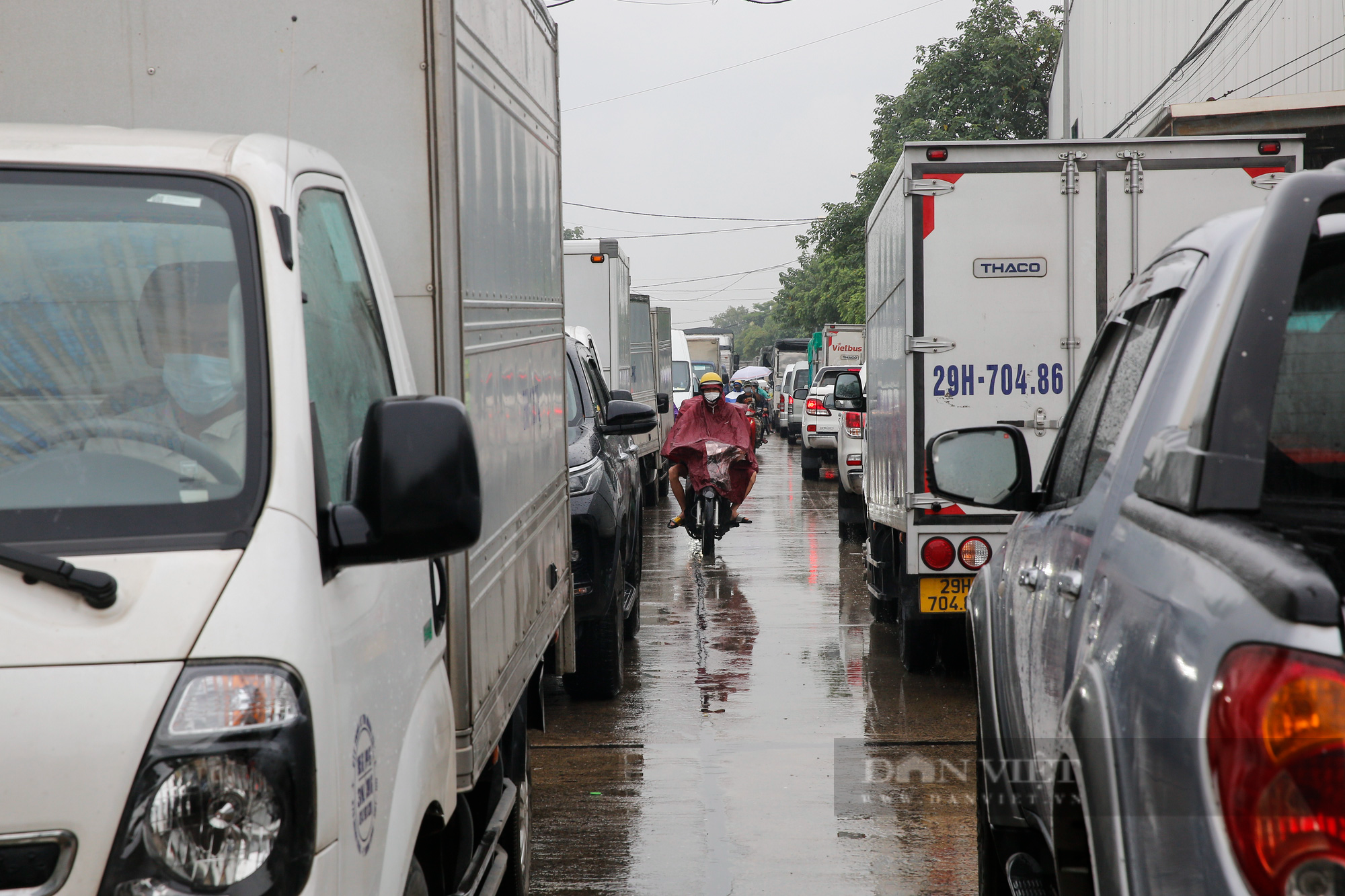 Cảng Hà Nội ùn tắc kéo dài hàng Km sau khi nới lỏng giãn cách  - Ảnh 2.