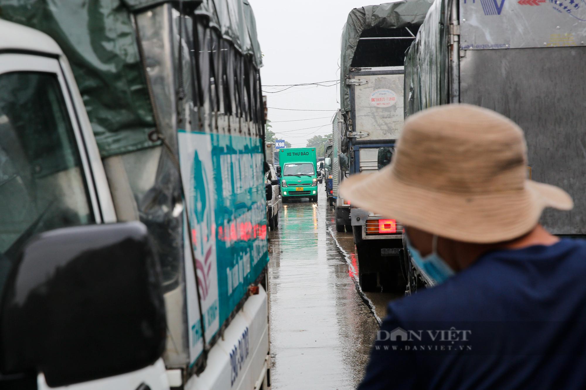 Cảng Hà Nội ùn tắc kéo dài hàng Km sau khi nới lỏng giãn cách  - Ảnh 8.