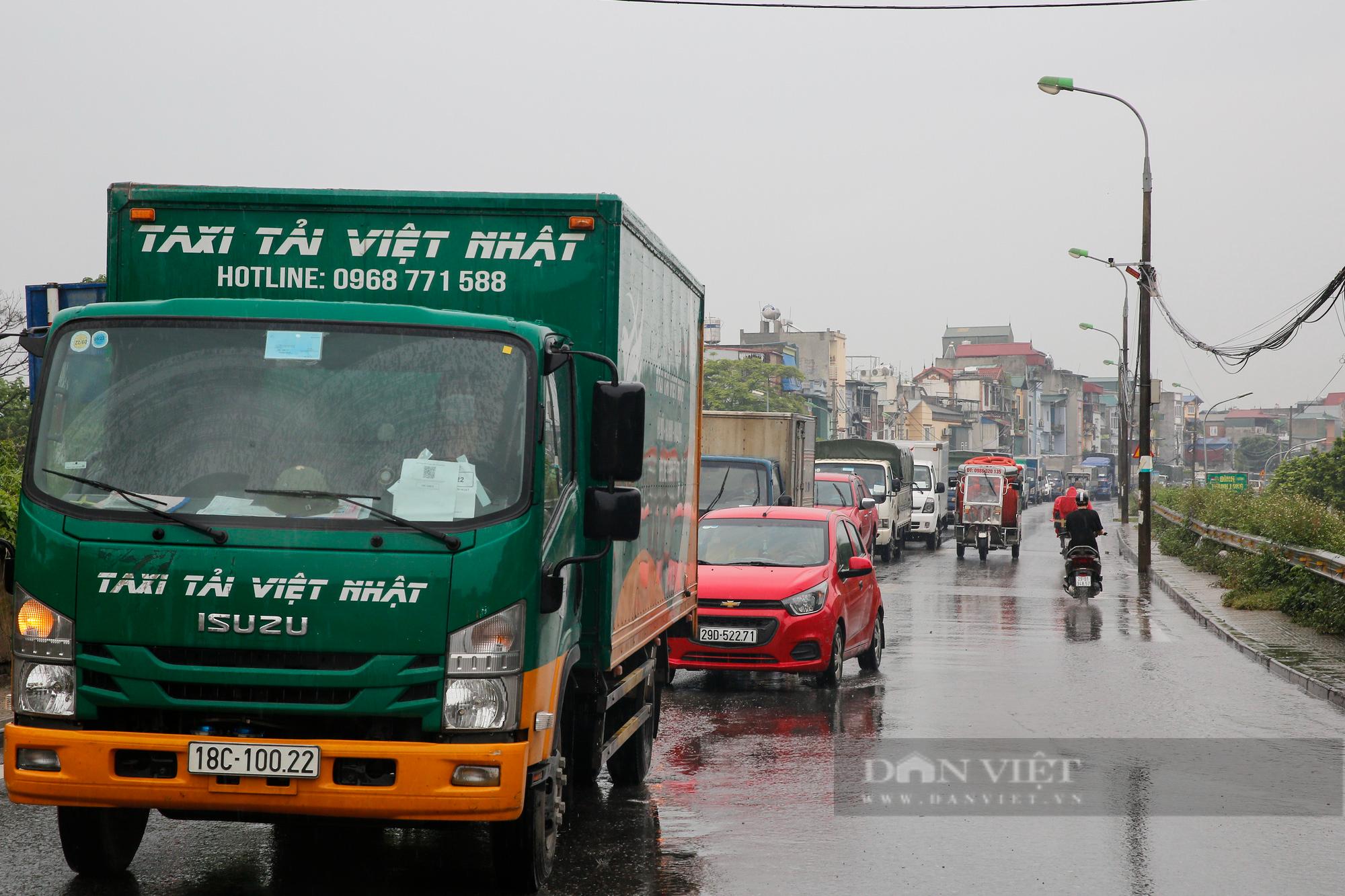 Cảng Hà Nội ùn tắc kéo dài hàng Km sau khi nới lỏng giãn cách  - Ảnh 9.