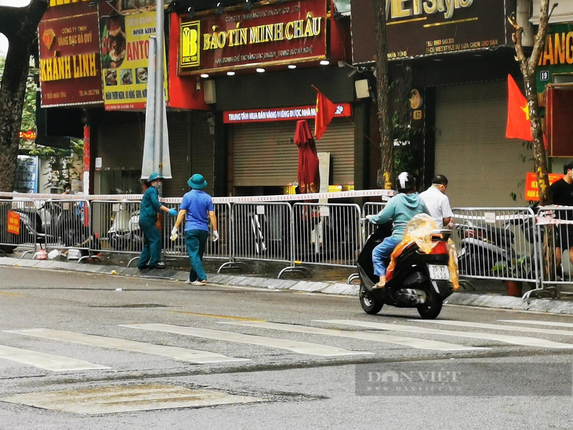 3 hiệu vàng trên đoạn phố Trần Nhân Tông bị phỏng toả do có liên quan đến F0 - Ảnh 2.