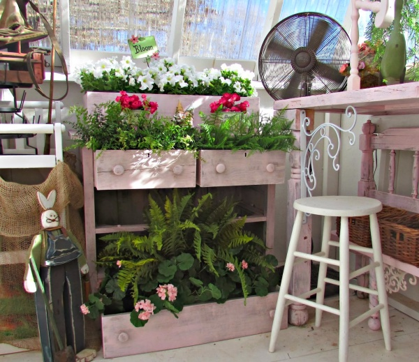 Tận dụng đồ cũ để trang trí khiến khu vườn của bạn trở nên sống động hơn bao giờ hết - Ảnh 6.