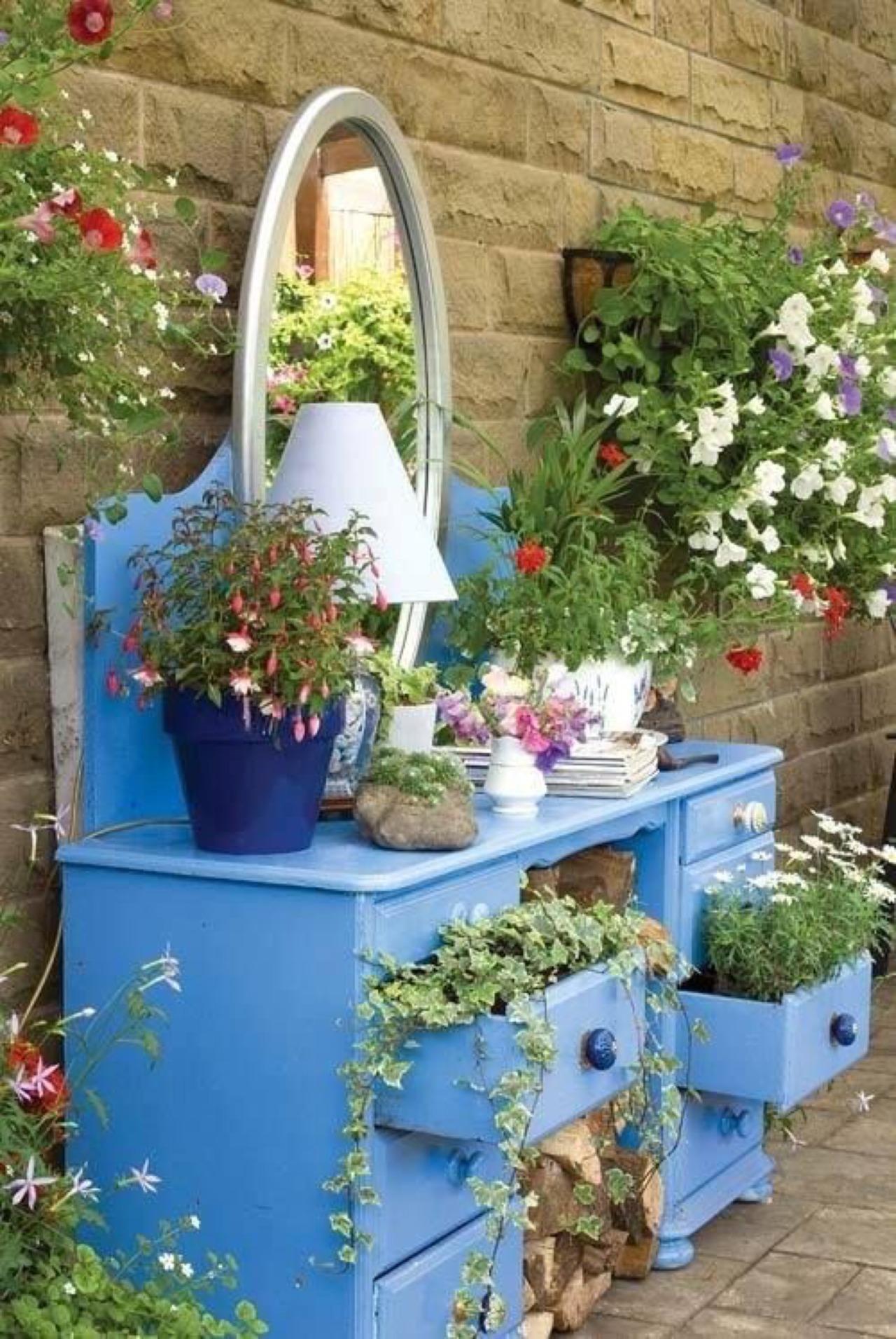 Tận dụng đồ cũ để trang trí khiến khu vườn của bạn trở nên sống động hơn bao giờ hết - Ảnh 7.