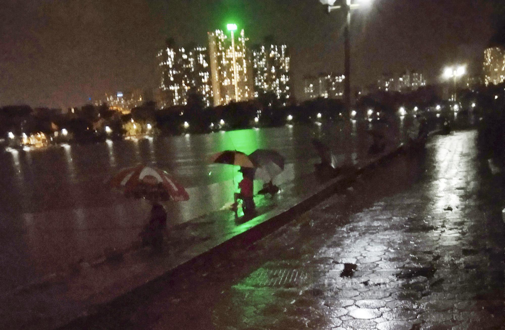 Hà Nội: Hàng trăm người câu cá tại hồ Định Công, ai chịu trách nhiệm? - Ảnh 1.