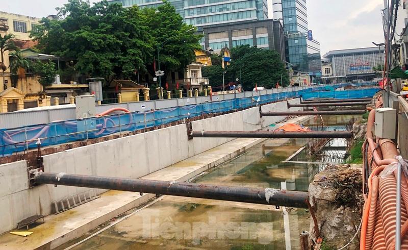 Cận cảnh ga ngầm metro Hà Nội bị nhà thầu nước ngoài dừng thi công - Ảnh 6.