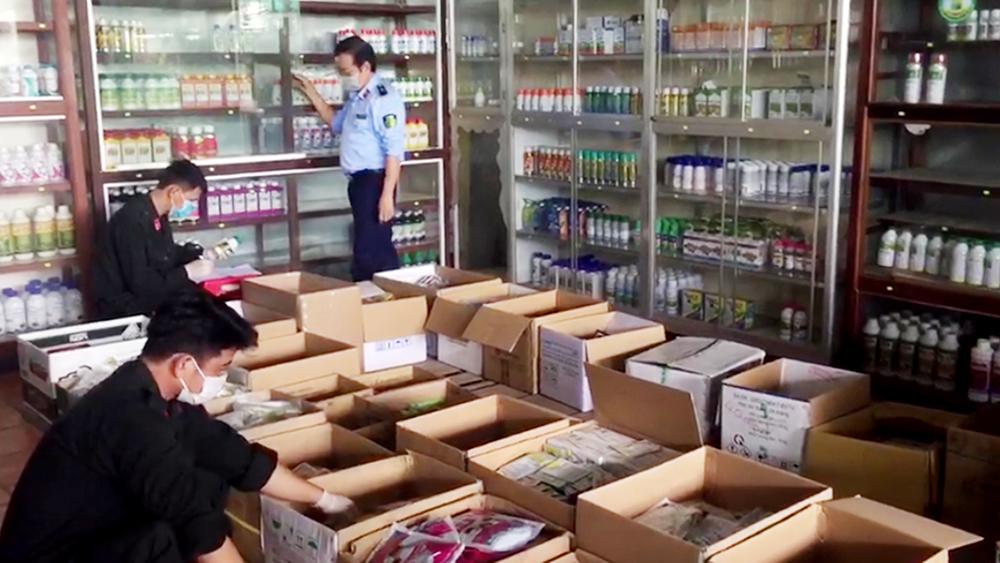 An Giang: Phát hiện thêm 2 cửa hàng chứa hàng nghìn sản phẩm thuốc BVTV không rõ nguồn gốc - Ảnh 1.