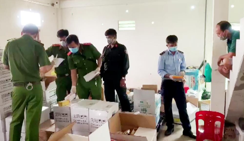 An Giang: Phát hiện thêm 2 cửa hàng chứa hàng nghìn sản phẩm thuốc BVTV không rõ nguồn gốc - Ảnh 2.