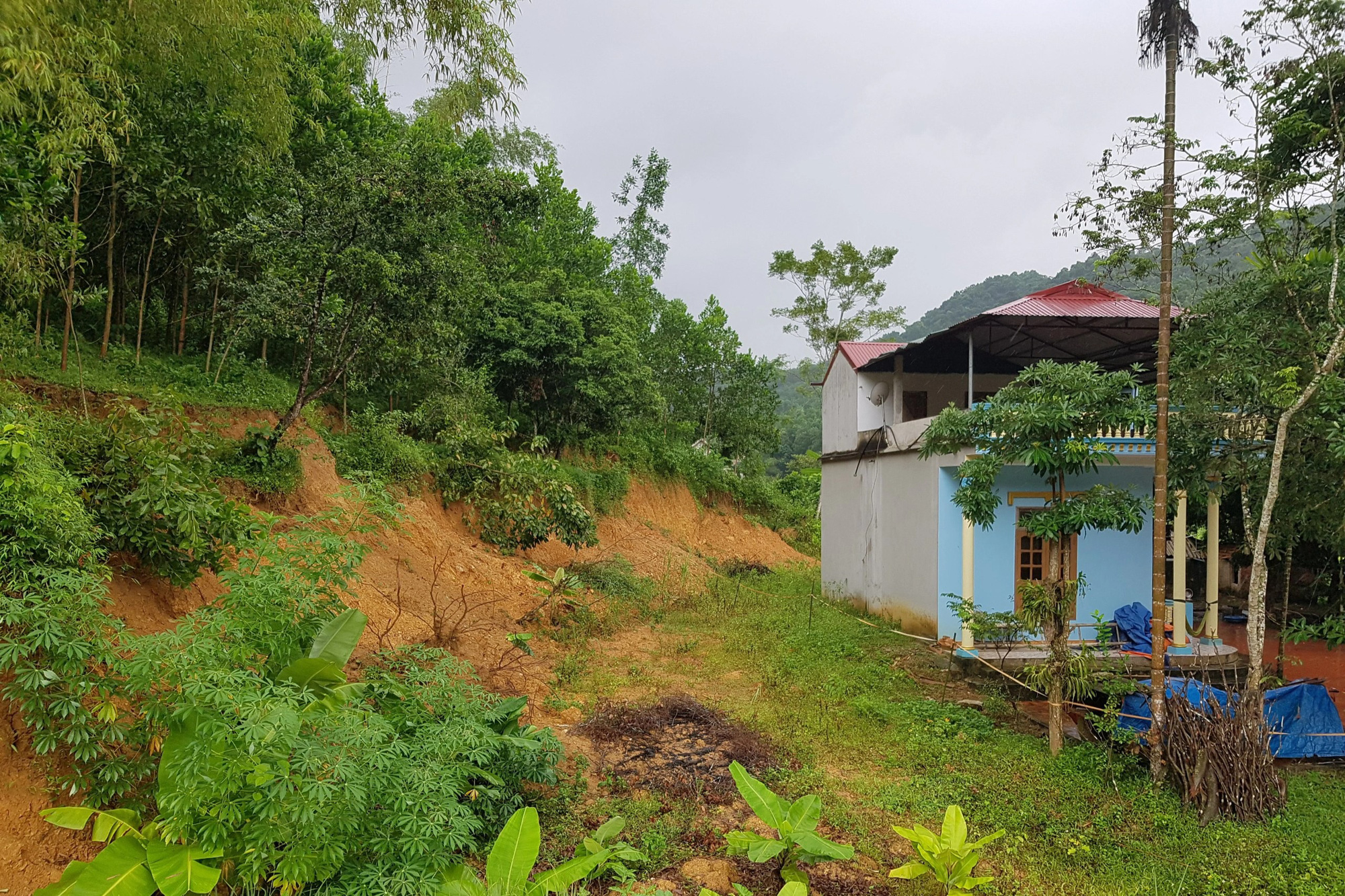 """Đồi Vó Nước """"nứt toác"""" vì mưa lớn, Ninh Bình di dời khẩn cấp nhiều hộ dân - Ảnh 7."""